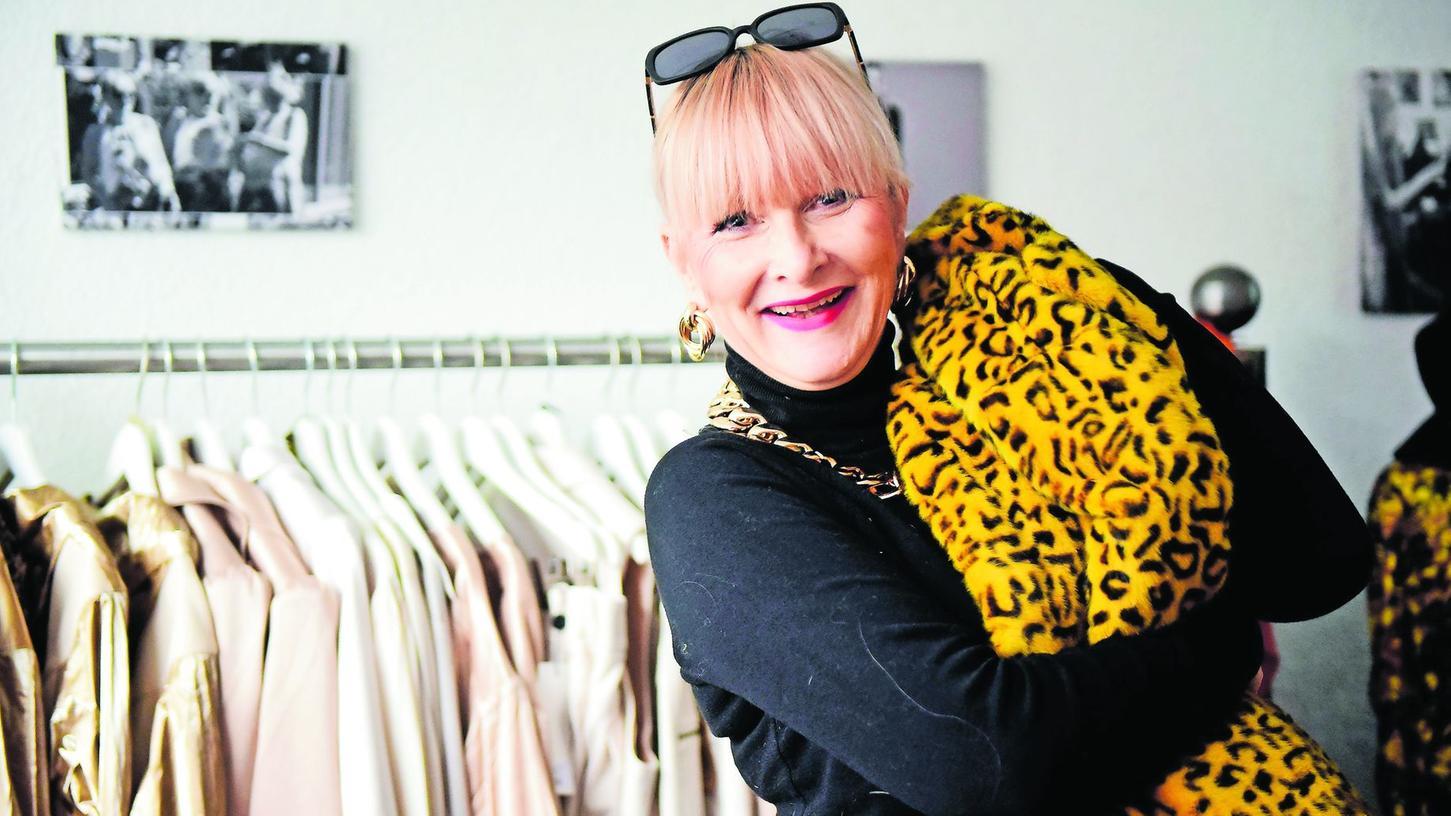 Das erinnert an Saint-Tropez: Leo-Mantel, Rollkragenpulli und goldene Accessoires, mit diesem Outfit überzeugte Nantia Persch.