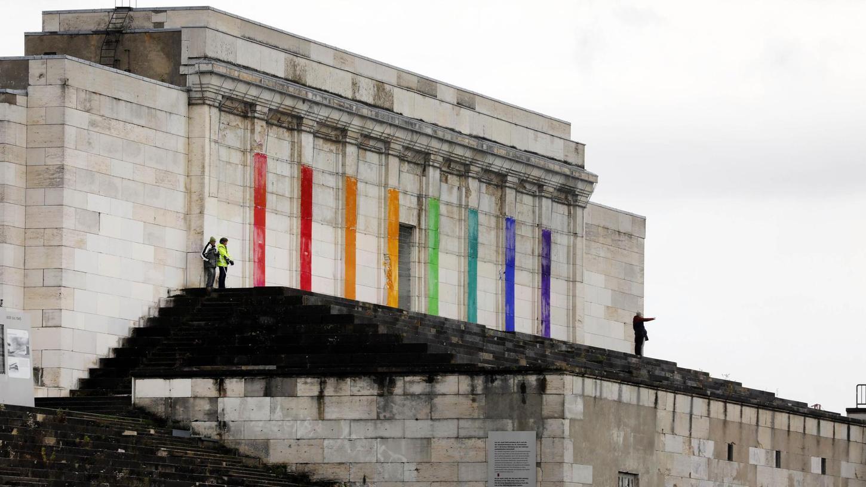 """Das """"Regenbogen-Präludium"""" an der Nürnberger Zeppelintribüne hat keine zwei Tage überlebt, aber vor allem durch seine Entfernung viel Wirbel ausgelöst."""