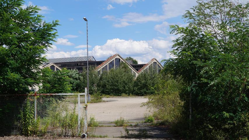 Inzwischen sind alle noch existierenden Hallen verrostet, das frühere Betriebshauptstofflager der Deutschen Bahn ist schon lange stillgelegt. Auf dem Gelände entsteht