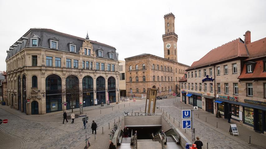 Der Kohlenmarkt neben dem Rathaus ist gesäumt vom ehemaligen Kaufhaus Tietz (links, Baujahr 1900) und vom Kronprinzenhof (rechts). Letzterer stammt aus dem 18. Jahrhundert und ist benannt nach dem Gasthaus