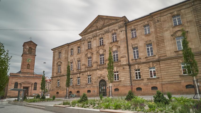 Erst 2020 durch die Umgestaltung von Hallplatz und Franz-Josef-Strauß-Platz ins gebührende Licht gerückt werden das 1900 eröffnete Amtsgericht und die Kirche Unsere Liebe Frau, 1824 bis 1828 als erstes katholisches Gotteshaus in Fürth nach der Reformation entstanden.