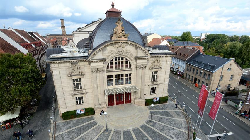 Das Fürther Stadttheater wurde 1901/02 nach Plänen der damals populären Theaterarchitekten Fellner und Helmer aus Wien erbaut und durch Spenden aus der Fürther Bevölkerung finanziert. Der Musentempel war das erste Gebäude in Fürth mit einer elektrischen Beleuchtung und er hat - kurios - einen