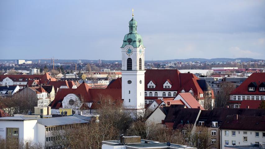 Die Heinrichskirche, Fürths zweites katholisches Gotteshaus, wurde an der Frauenstraße in der Südstadt von 1908 bis 1910 im neubarocken Stil erbaut und sticht durch ihre auffällige weiße Fassade hervor.