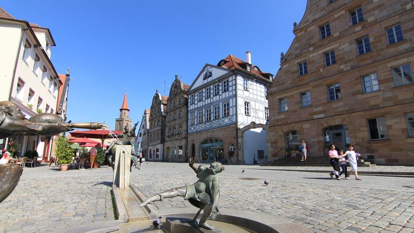 Der Grüne Markt, dessen Name vom einst hier stationierten Gemüsemarkt herrührt, bietet historische Bausubstanz in Hülle und Fülle - müßig, eines davon hervorzuheben. Anfang der 2000er Jahre wurde der Platz umgestaltet und erhielt sein heutiges Erscheinungsbild, auch der Gauklerbrunnen entstand in diesem Zug.