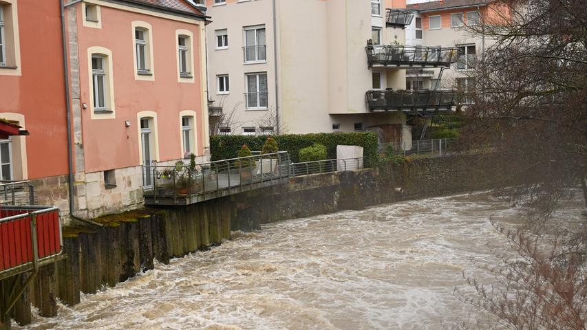 Am Samstag gegen Mittag hatte das angekündigte Hochwasser der Regnitz Erlangen erreicht. Der Pegel in Hüttendorf hatte da mit einem Wasserstand von 3,75 Meter die Meldestufe 2 überschritten. Der normale Wasserstand der Regnitz ist dort 2,73 Meter. Entlang der Regnitz und auch im Mündungsbereich der Schwabach war allerhand überflutet. Hier die Schwabach..Foto: Klaus-Dieter Schreiter