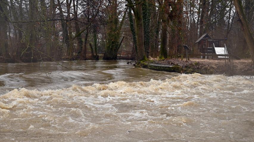 Am Samstag gegen Mittag hatte das angekündigte Hochwasser der Regnitz Erlangen erreicht. Der Pegel in Hüttendorf hatte da mit einem Wasserstand von 3,75 Meter die Meldestufe 2 überschritten. Der normale Wasserstand der Regnitz ist dort 2,73 Meter. Entlang der Regnitz und auch im Mündungsbereich der Schwabach war allerhand überflutet. Hierdie Schwabach..Foto: Klaus-Dieter Schreiter