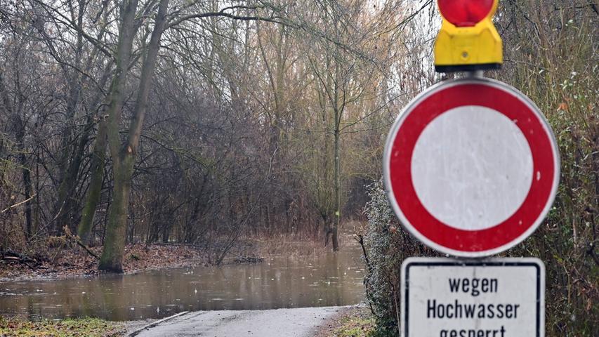 Am Samstag gegen Mittag hatte das angekündigte Hochwasser der Regnitz Erlangen erreicht. Der Pegel in Hüttendorf hatte da mit einem Wasserstand von 3,75 Meter die Meldestufe 2 überschritten. Der normale Wasserstand der Regnitz ist dort 2,73 Meter. Entlang der Regnitz und auch im Mündungsbereich der Schwabach war allerhand überflutet. Hier am Egelanger..Foto: Klaus-Dieter Schreiter