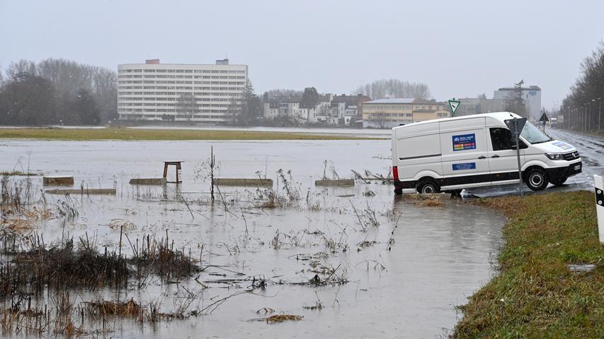 Am Samstag gegen Mittag hatte das angekündigte Hochwasser der Regnitz Erlangen erreicht. Der Pegel in Hüttendorf hatte da mit einem Wasserstand von 3,75 Meter die Meldestufe 2 überschritten. Der normale Wasserstand der Regnitz ist dort 2,73 Meter. Entlang der Regnitz und auch im Mündungsbereich der Schwabach war allerhand überflutet. Hier an der Thalermühle..Foto: Klaus-Dieter Schreiter