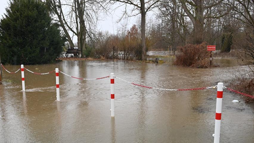 Am Samstag gegen Mittag hatte das angekündigte Hochwasser der Regnitz Erlangen erreicht. Der Pegel in Hüttendorf hatte da mit einem Wasserstand von 3,75 Meter die Meldestufe 2 überschritten. Der normale Wasserstand der Regnitz ist dort 2,73 Meter. Entlang der Regnitz und auch im Mündungsbereich der Schwabach war allerhand überflutet. Hier an der Wöhrmühle..Foto: Klaus-Dieter Schreiter