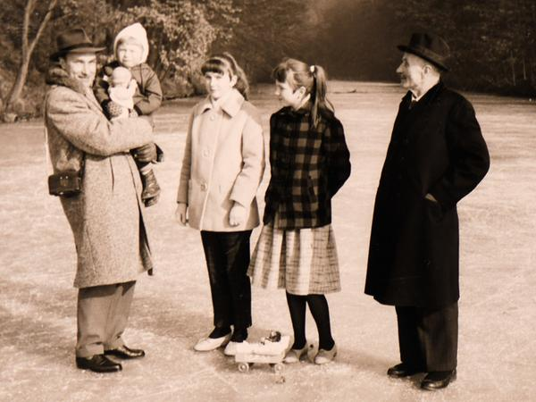 Gudrun Moritz (mit karierter Jacke) zusammen mit ihrer Schwester, ihrem Großvater (rechts) und ihrem Vater, dem Dorflehrer, der ihren kleinen Bruder auf dem Arm trägt, Mitte der 1950er Jahre auf dem zugefrorenen Karlsgraben.