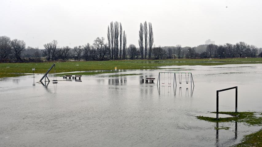 Erlangen: Der Dauerregen der letzten Tage verwandelte den Wiesengrund in eine Seenlandschaft, die Regnitz ist am überlaufen. 30.01.21. Foto: Harald Sippel