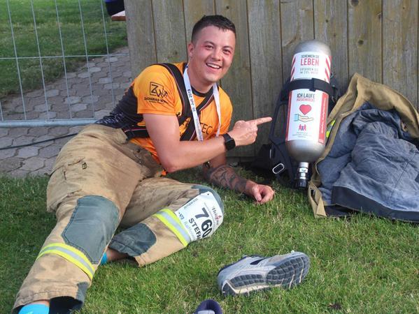 Erschöpft, aber glücklich. Feuerwehrmann Stefan Janker absolvierte den Altmühlseelauf 2019 in kompletter Feuerwehr-Montur.