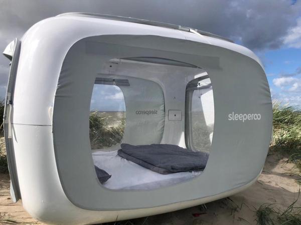 Bei dem Cube handelt es sich um ein würfelartiges Konstrukt auf zwölf Quadratmetern inklusive Stauraum, das wetterfest ist. Panoramafenster ermöglichen die Sicht auf den Sternenhimmel und in die Umgebung.