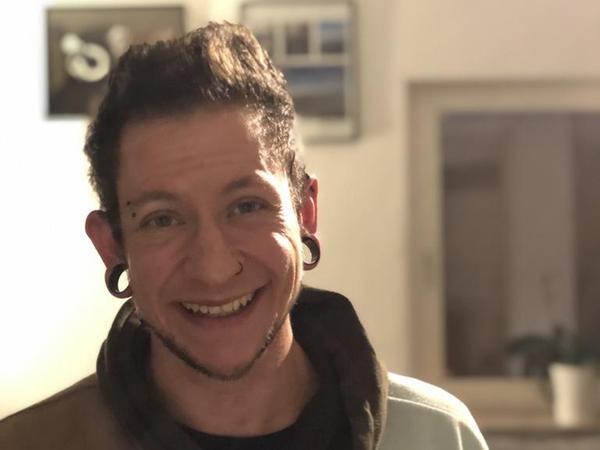 """Xaver Dümler (29) ist in Nürnberg-Langwasser aufgewachsen. Ihm wurde bei seiner Geburt das weibliche Geschlecht zugewiesen, doch schon als Kind stellte er sich mit einem Jungennamen vor. Heute bezeichnet er sich als """"heterosexuellen Transmann"""". Sein Wunsch an seine Mitmenschen: """"Wenn ich von meinem Weg erzähle, geht nicht voraus. Lasst es mich machen!"""""""