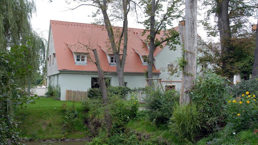 Mal ein Blick in städtische Randlage: Die noch erhaltenen Gebäude der Mühle in Ritzmannshof wurden seit 2004 von einem Architekten umfassend saniert und vor dem Verfall gerettet.