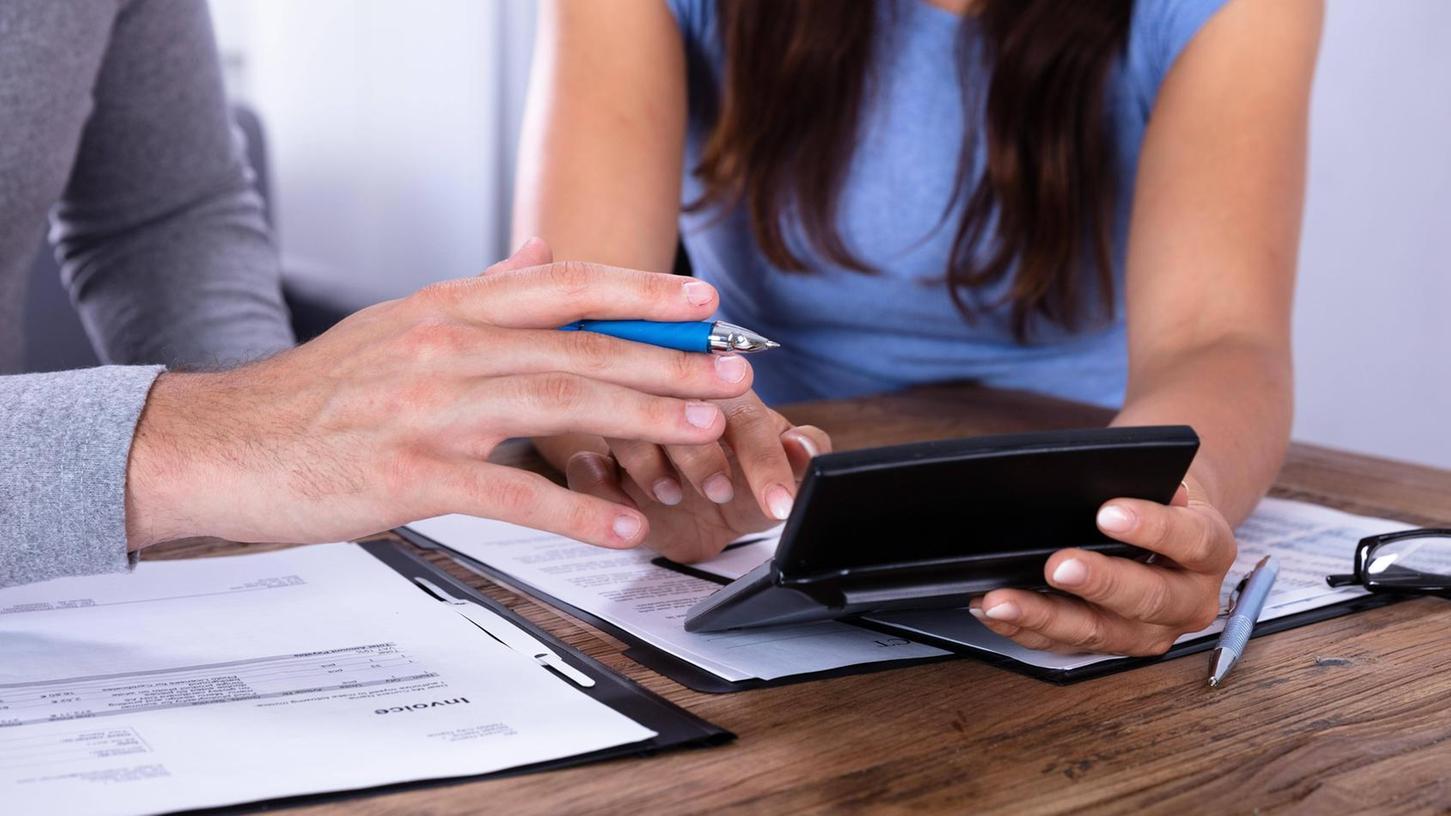 Wer in finanzielle Schwierigkeiten gerät, muss sich erst einmal einen Überblick verschaffen. Die Experten von der Schuldnerberatung können dabei helfen.