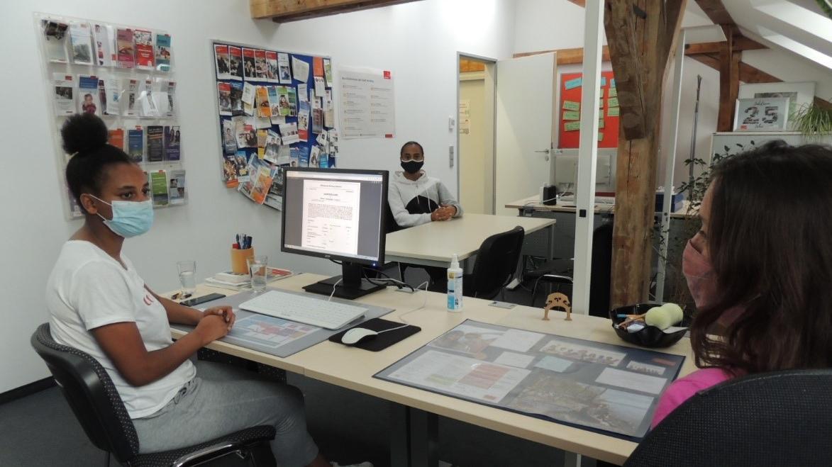 Welcher Beruf passt zu mir? Ob persönlich oder digital: Die Mitarbeiter des Übergangsmanagements Schlau helfen bei der Suche.