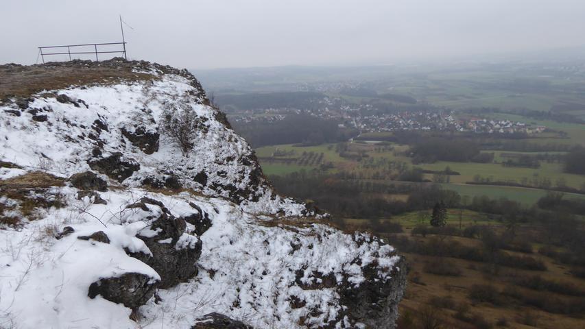 Noch liegt etwas Schnee am Walberla. Unten im Tal scheint der Winter schon vorbei zu sein.