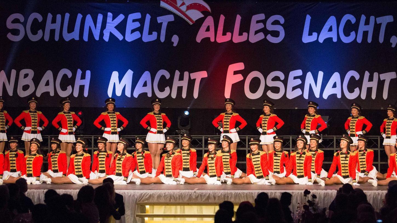 """Große Prunksitzungen mit Tanzgarden müssen sich auch die Röttenbacher """"Besenbinder"""" verkneifen. Dafür gab es eine Spende für den Verein aus dem FF2-Masken-Verkauf eines ortsansässigen Apothekers."""