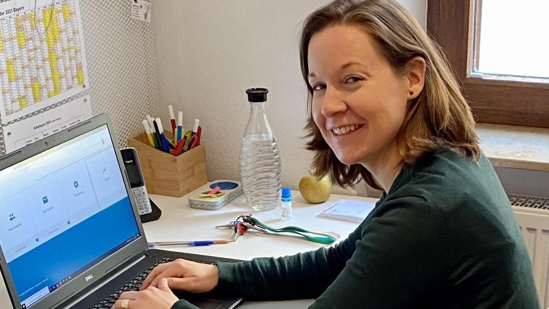 Onlineberaterin Marlies Engelhardt – hier an ihrem Arbeitsplatz in der Beratungsstelle Zentrum Kobergerstraße – ist für die Distanzberatung speziell geschult worden.