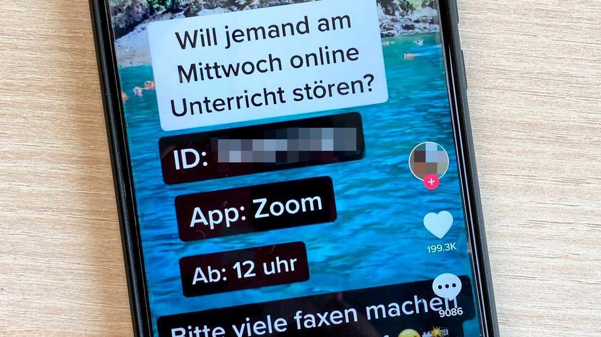 Schüler verabreden sich auf Netzwerken wie TikTok zum Zoombombing. Dritte nutzen die dort veröffentlichten Daten, um sich unbefugt in Unterrichts-Chats einzuloggen.