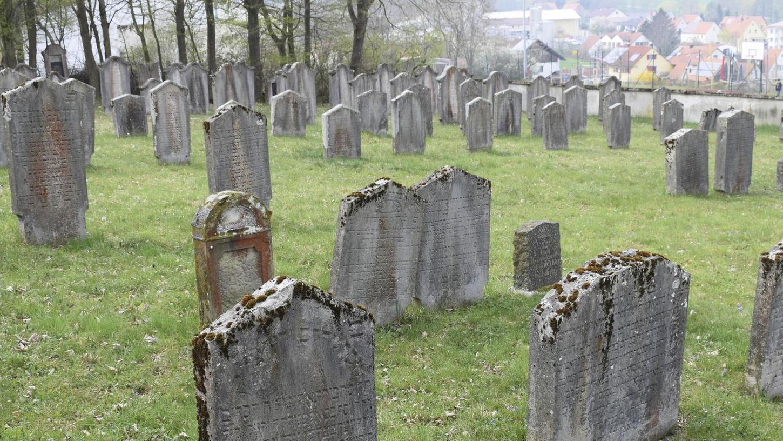 Auch wenn es keine aktiven jüdischen Gemeinden mehr gibt: Spuren jüdischen Lebens gibt es viele im Landkreis Roth, hier der jüdische Friedhof in Thalmässing.