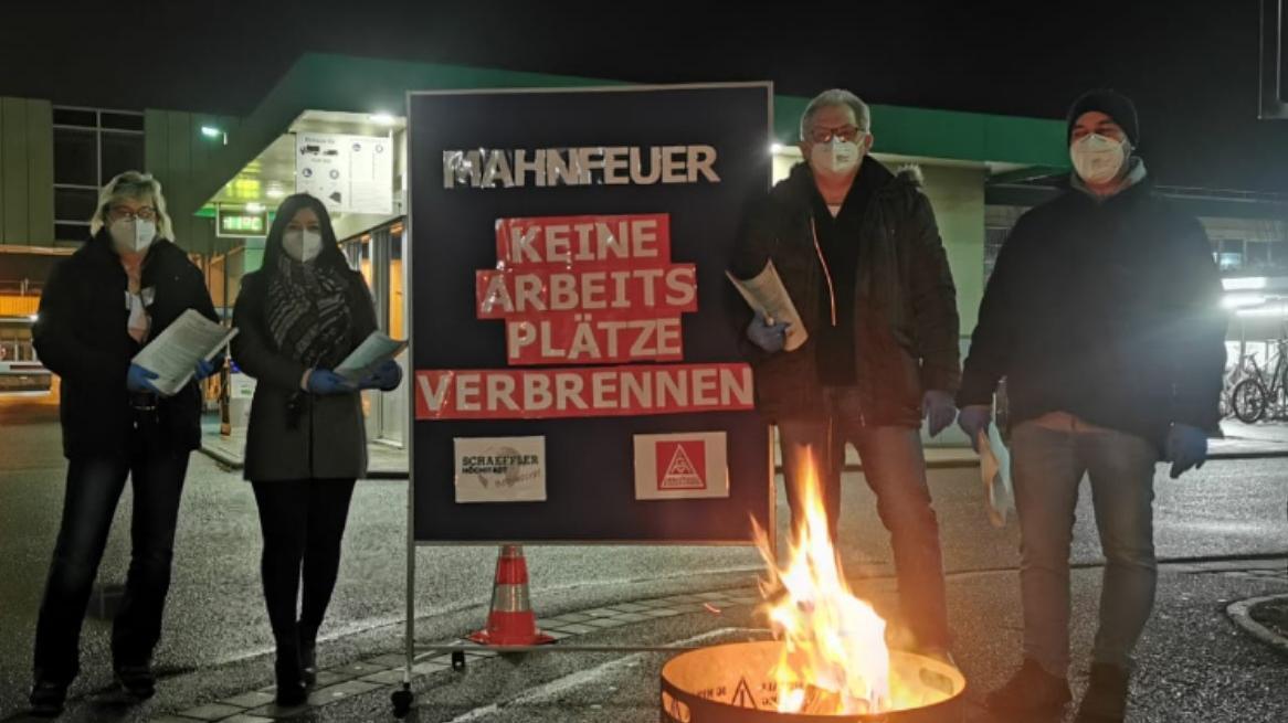 Kein Arbeitsplatz soll in Rauch aufgehen: Bei einer Mahnwache mit Feuertonne macht der Betriebsrat vor dem Verhandlungsauftakt Druck.