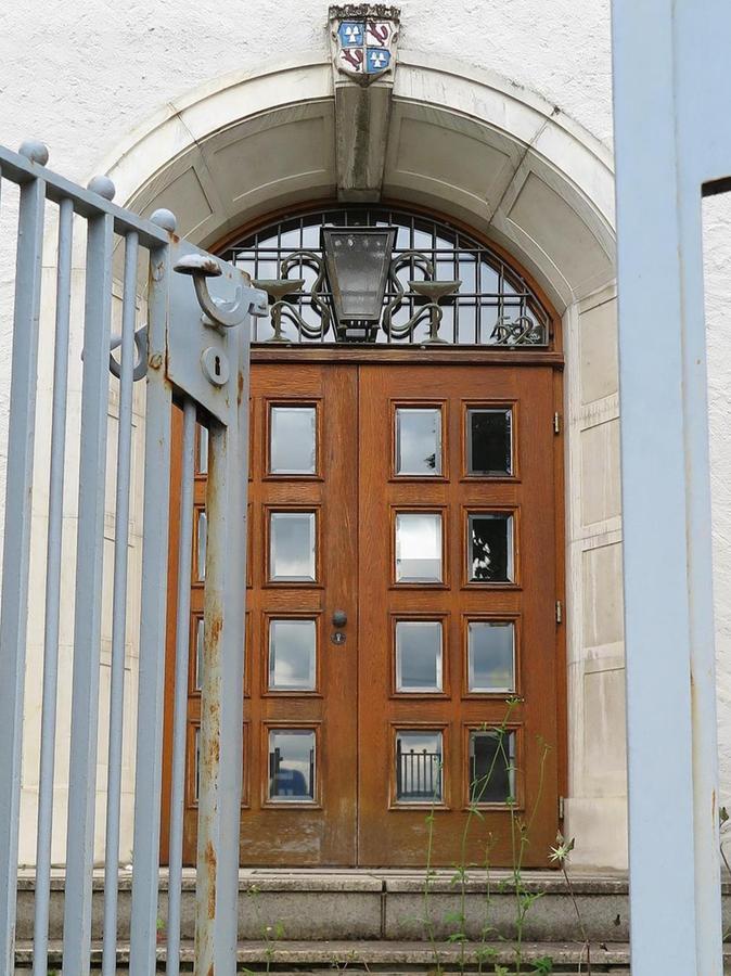 Tür zu für immer: Hier ging es früher ins Stadtkrankenhaus.