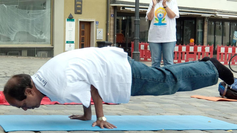 Yoga beinhaltet auch viele akrobatische und sportliche Komponenten - aber ist das ein Grund, es als Wettkampfsportart anzubieten?