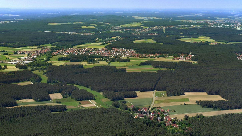 Blick aus östlicher Richtung auf die Schwanstettener Ortsteile Furth und Schwand mit den sie umgebenden großen Waldflächen. Der Verein für Interkommunales Kompensationsmanagement im Mittelfränkischen Becken unterstützt seine Mitglieder in Bezug auf Ausgleichsflächen.