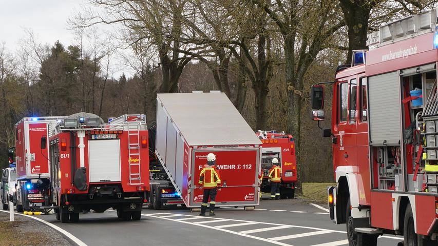 Feuerwehreinsatz wegen ausgelaufener Natronlauge auf der B2 bei Zips. Foto: Frank Heidler