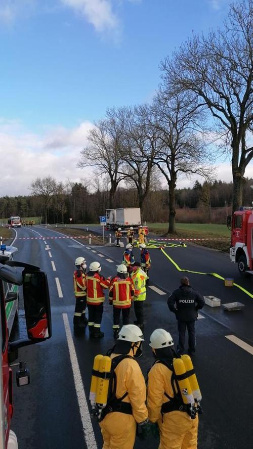 Feuerwehreinsatz Pegnitz auf B2 bei Zips wg. ausgelaufener Natronlauge. Foto: Feuerwehr