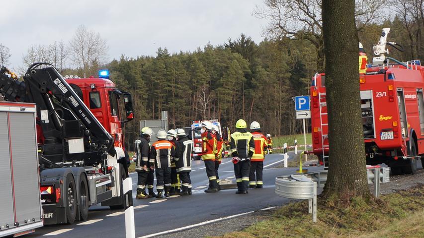Feuerwehreinsatz wegen ausgetretener Natronlauge auf der B2 bei Zips. Foto: Frank Heidler