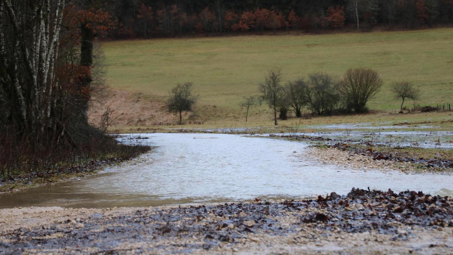 Sonst ein Feldweg, aktuell sieht es aus wie ein Flusslauf. Der Schambach ist stellenweise ganz ordentlich über die Ufer getreten und hat das Landschaftsbild verändert. Die Altmühl kam aber nicht einmal über die erste Meldestufe hinaus.