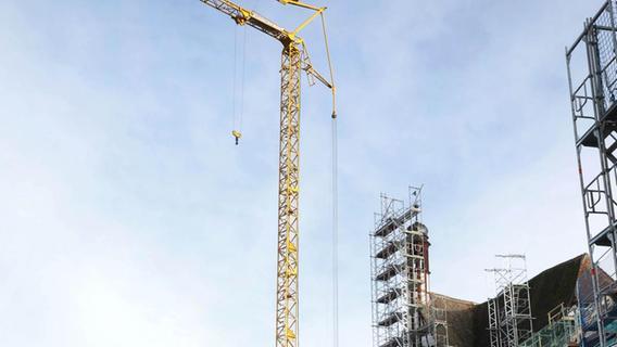 Ein großer Kran für eine große Baustelle: Die Generalsanierung und der Umbau des Rathauses wird geschätzt rund 23,3 Millionen Euro kosten.