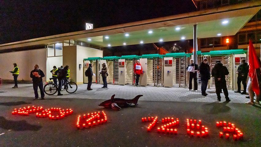 Vor dem Nordtor der Konzernzentrale in Herzogenaurach warnten Grablichter zum morgendlichen Schichtwechsel vor der Umstrukturierung.