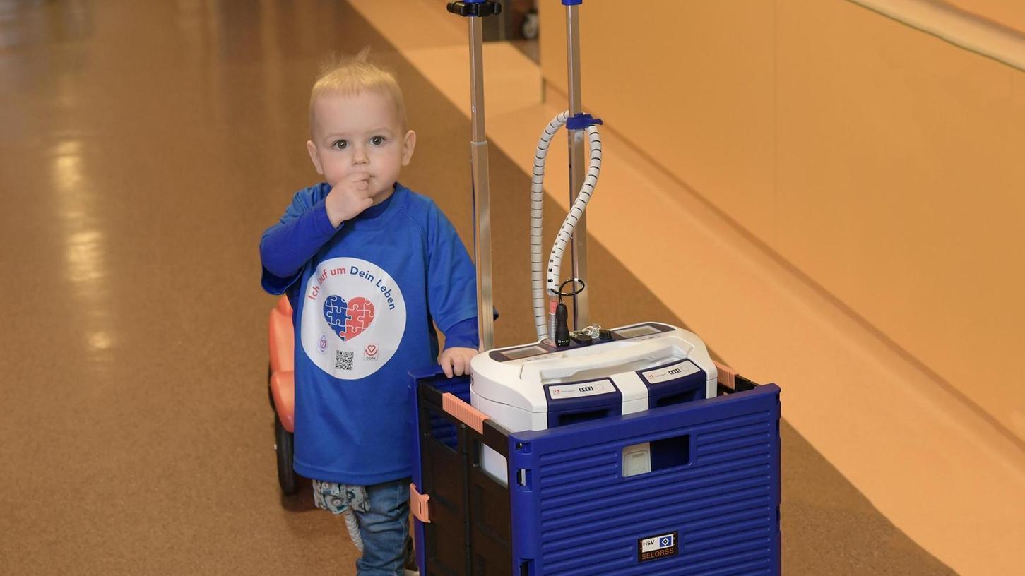 So tapfer kann man schon mit zwei Jahren sein: Der kleine Jakob mit dem Rollkasten, in dem sein Kunstherz schlägt. Der Junge benötigt dringend ein Spenderherz.