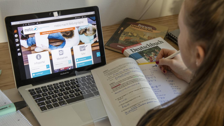 Der Unterricht über den Bildschirm und vom heimischen Schreibtisch aus, ist für Schülerinnen und Schüler seit mehreren Monaten Alltag und birgt einige Herausforderungen. DieErfahrungen gehen dabei weit auseinander.