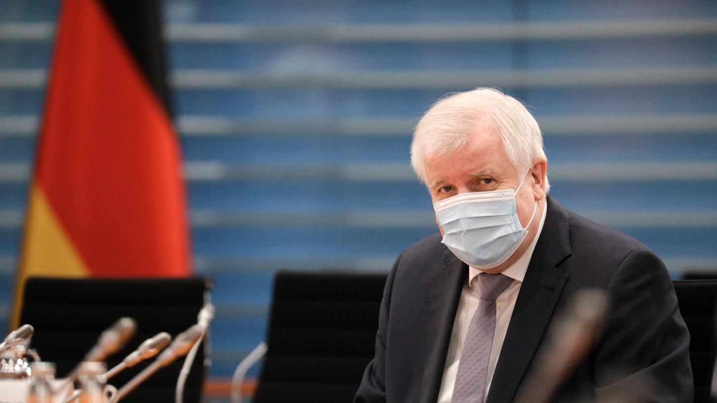 Horst Seehofers Mitarbeiter im Innenministerium sollen Wissenschaftler beeinflussthaben.