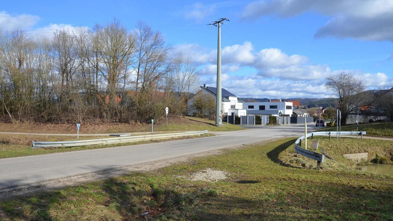 """Auf der linken und rechten Fahrbahnseite der """"Hausheimer Brücke"""" am Ludwigskanal werden zur Sicherheit der Fußgänger Gehwege errichtet. Auf der südlichen Kanalseite ist dafür ausreichend Platz, im nördlichen Bereich wird die Fahrbahn schmaler."""