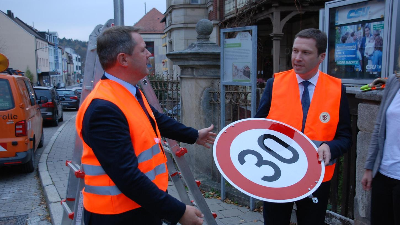 Nein, Cadolzburgs Bürgermeister Bernd Obst (li.) und Landrat Matthias Dießl haben die 30er-Schilder in der Ortsdurchfahrt nicht selbst abmontiert. Unser Bild entstand vielmehr beim Pressetermin zum Start des Modellprojekts im November 2018.