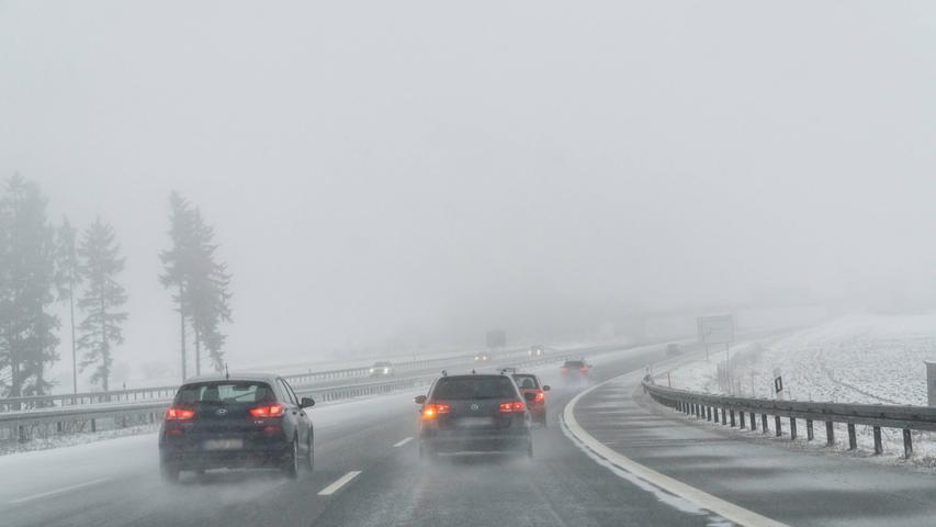 06.02.2021, Thüringen, Deutschland, GER - Schneefall auf der A9 in den Mittelgebirgen *** 06 02 2021, Thuringia, Germany, GER Snowfall on the A9 in the low mountain ranges