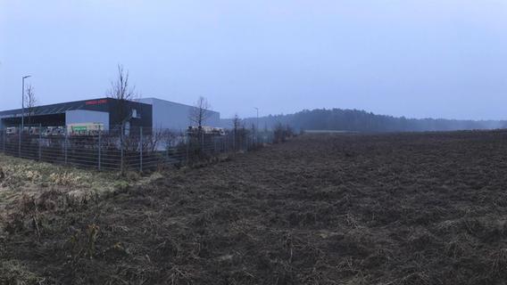 Derzeit beginnt das Rednitzhembacher Gewerbegebiet, wenn man sich von Süden, also von Roth her, nähert, bei der Firma Omega Sorg (Bild links). Die nächste daneben liegende Fläche, derzeit noch Ackerland, ist Teil des erweiterten Gewerbegebietes. Hier wird Uvex bauen. Start: vermutlich in der zweiten Jahreshälfte.