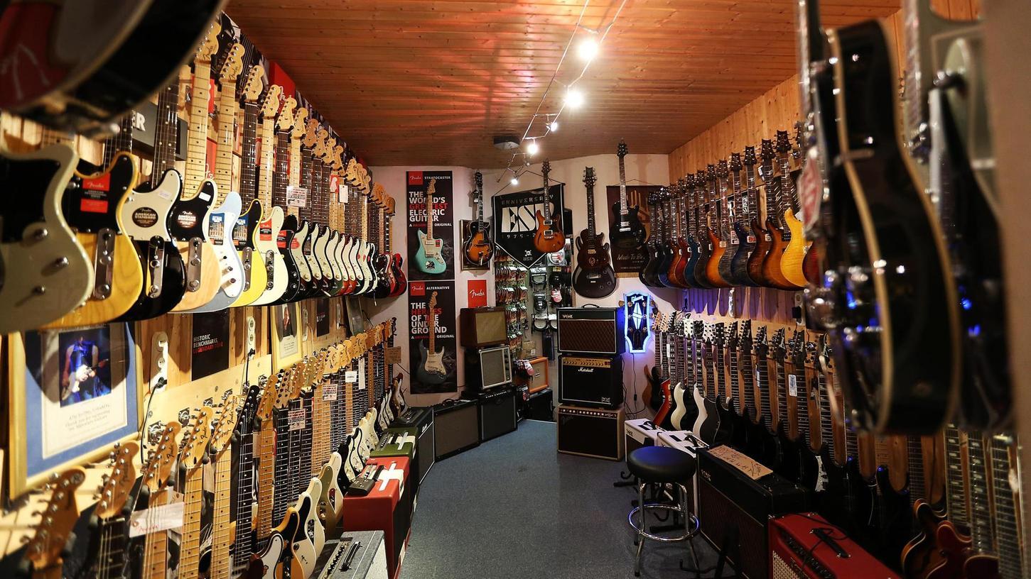 Zeit im Lockdown ist Zeit zum Üben: Blick in den Verkaufsraum von BTM-Guitars in Nürnberg, wo die Geschäfte in der Krise überraschend gut laufen.
