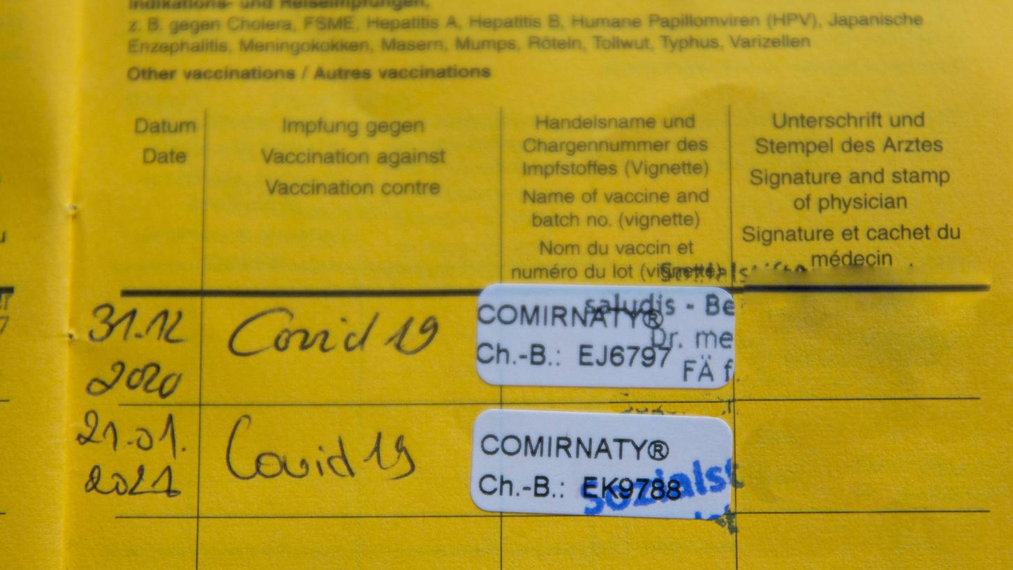 Der Impfpass ist eines der Dokumente, die fortan als Nachweis für Privilegien in den Corona-Maßnahmen dienen.