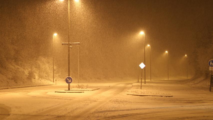 Dichter Schneefall nun auch in BAyern. Nachdem die Mitte und der Norden Deutschlands bereits am Wochenende von heftigen Schneefällen betroffen waren, ging der Regen am Sonntagabend auch in Franken in Schneefall über. Die Bilder zeigen das Schneetreiben am Sonntagabend in Erlangen.
