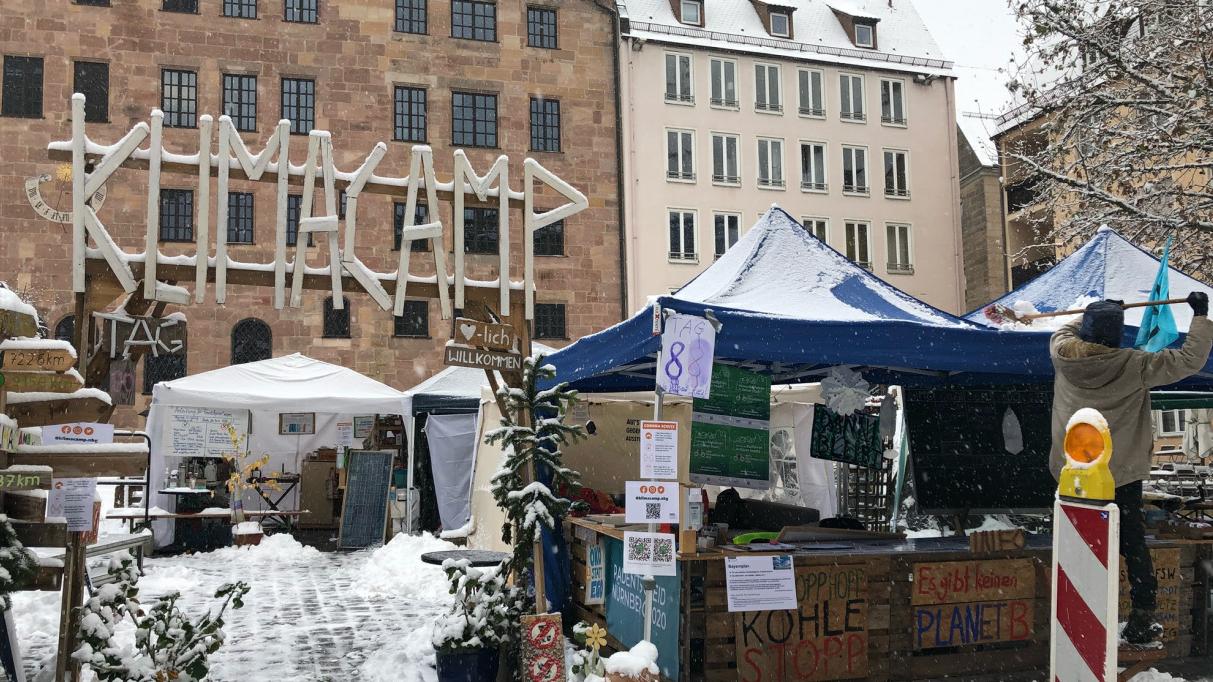 Das Klimacamp versinkt derzeitim Schnee. Die Dächer müssen davon befreit werden.