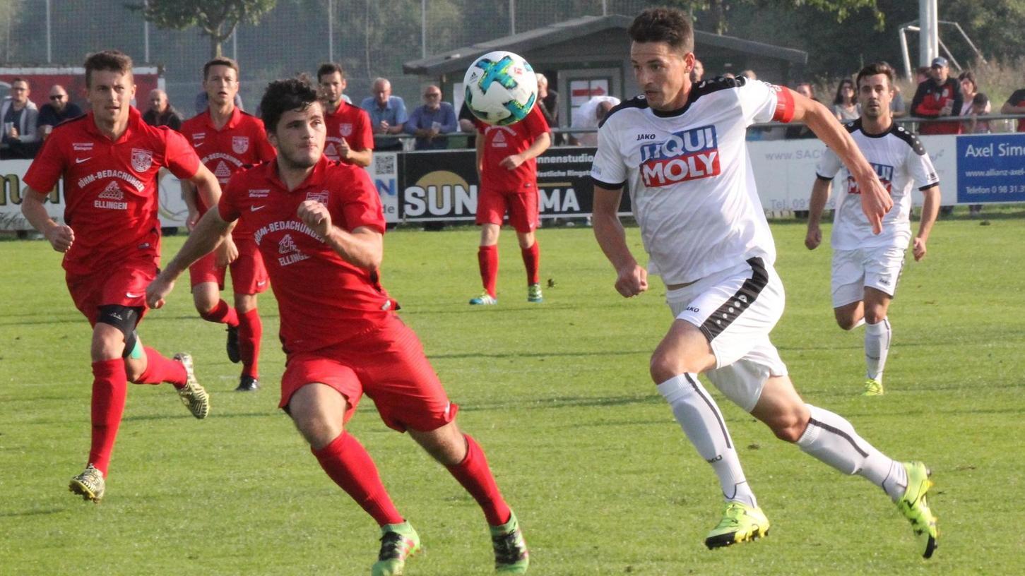 Dynamisch, torgefährlich, effektiv: Fabian Eberle (vorne rechts, hier beim Pokal-Hit 2017 beim TSV 1860 Weißenburg) gilt als absoluter Ausnahmestürmer.