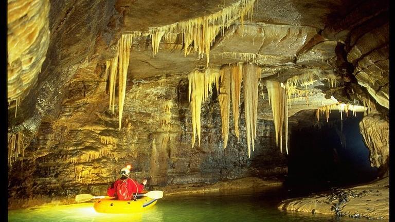 In der Mühlbach-Quellhöhle sollen die beiden angehenden Astronautinnen trainiert werden.