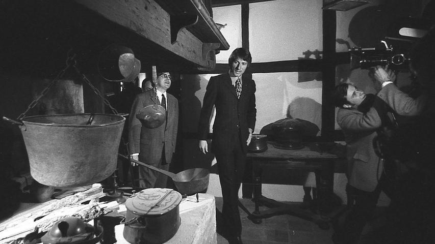 Nürnbergs Presseamtsleiter Walter Schatz (links) besichtigte mit seinem Star-Gast die Küche von Albrecht Dürer.Das Gebäudehatte dem 1471 in Nürnberg geborenen Maler ab 1509 als Wohnung und Werkstatt gedient.